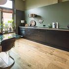 На кухне как и в гостиной можно заметить массу аксессуаров создающих уютную атмосферу - от светильников и подушек на стульях, до рулонных бамбуковых штор, вазонов с цветами на подоконнике и чайничка на плите.