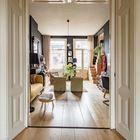 В дверном проеме между кухней-столовой и гостиной была оставлена оригинальная деревянная отделка дверного проема.