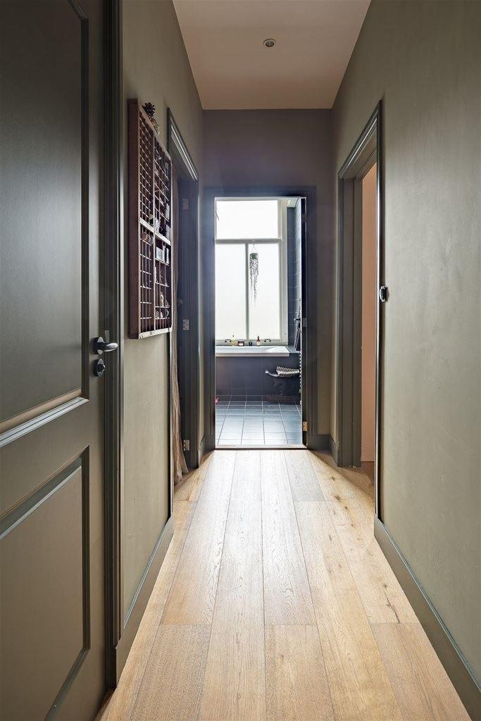 Небольшой коридор у входа в квартиру. Именно из коридора можно попасть в ванную, прачечную, отдельный туалет или на кухню.