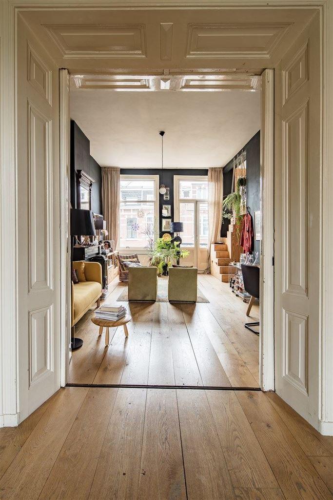 В дверном проеме между кухней-столовой и гостиной была оставлена оригинальная деревянная отделка дверного проема