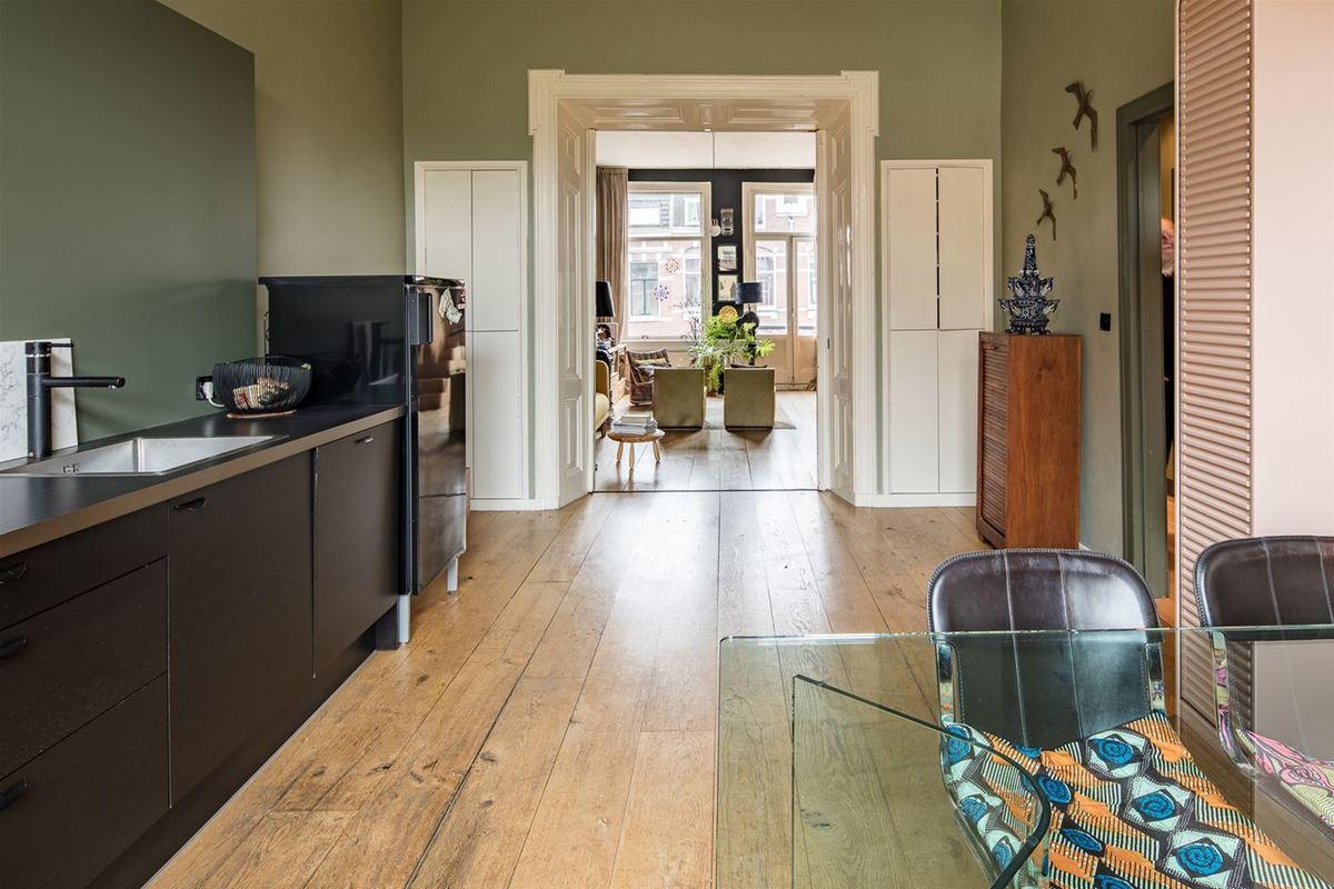 В толстой перегородке между кухней и гостиной с обоих сторон расположены стенные шкафы.