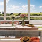 Благодаря теплому климату терраса служит столовой на свежем воздухе большую чать года. (архитектура,дизайн,экстерьер,интерьер,дизайн интерьера,мебель,пляжный,современный,столовая,дизайн столовой,интерьер столовой,мебель для столовой,фото столовой,идеи столовой,на открытом воздухе,патио,балкон,терраса,мебель для террасы,фото террасы,идеи террасы,оформление террасы,гриль,барбекю)
