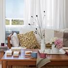 Большие окна в гостиной впускают много света и открывают вид на живописные окрестности. (архитектура,дизайн,экстерьер,интерьер,дизайн интерьера,мебель,пляжный,современный,гостиная,дизайн гостиной,интерьер гостиной,мебель для гостиной,фото гостиной,идеи гостиной)