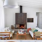 Дерево привносит уюта и тепла в интерьер дома, даже когда оно окрашено в белый цвет.