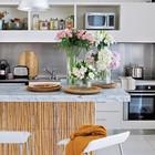 Кухня хоть и полностью открыта, однако в значительной степени теряется на фоне тростниковой отделки барной стойки. (архитектура,дизайн,экстерьер,интерьер,дизайн интерьера,мебель,пляжный,современный,кухня,дизайн кухни,интерьер кухни,кухонная мебель,мебель для кухни,фото кухни)