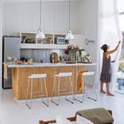 Кухня, находясь в общем пространстве с гостиной, отделена от нее барной стойкой. (архитектура,дизайн,экстерьер,интерьер,дизайн интерьера,мебель,пляжный,современный,кухня,дизайн кухни,интерьер кухни,кухонная мебель,мебель для кухни,фото кухни)