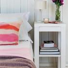 Простые прикроватные тумбочки в виде табуретов. (архитектура,дизайн,экстерьер,интерьер,дизайн интерьера,мебель,пляжный,современный,спальня,дизайн спальни,интерьер спальни,фото спальни,мебель для спальни,кровать)