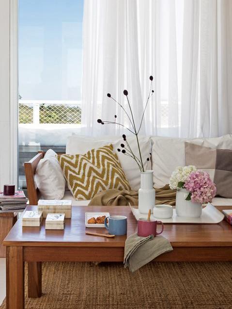Большие окна в гостиной впускают много света и открывают вид на живописные окрестности.