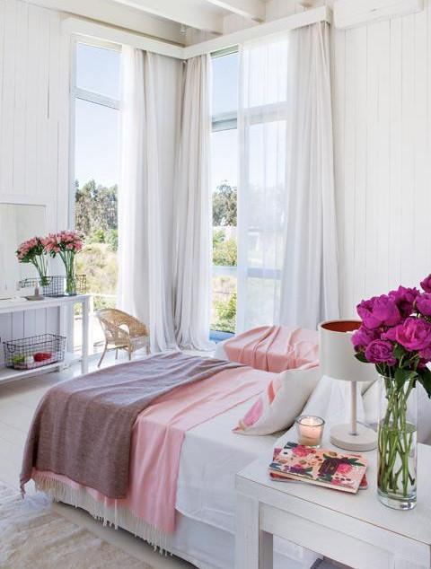 Спальня с высоким угловым окном и выходом на террасу