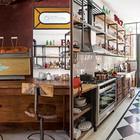 Барная стойка добавляет приятной атмосферы кафетерия. Этому способствует и отреставрированная винтажная итальянская кофеварка. (кухня,дизайн кухни,интерьер кухни,кухонная мебель,мебель для кухни,фото кухни,мебель,интерьер,дизайн интерьера,индустриальный,лофт,винтаж,стиль лофт,индустриальный стиль)