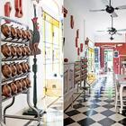 На кухне сохранили оригинальный мраморный пол уложенный в шахматном порядке. Этажерка для сыпучих продуктов просто великолепна. (кухня,дизайн кухни,интерьер кухни,кухонная мебель,мебель для кухни,фото кухни,мебель,интерьер,дизайн интерьера,индустриальный,лофт,винтаж,стиль лофт,индустриальный стиль)