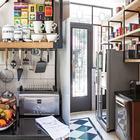 Тостер и блендер из нержавейки отлично вписались в винтажный интерьер стиля лофт.