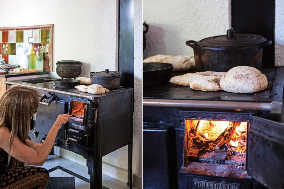 Дровяная печь добавляет уюта и колорита. Ее часто используют для приготовления традиционных блюд в горшочках.
