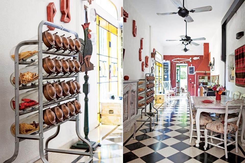 На кухне сохранили оригинальный мраморный пол уложенный в шахматном порядке. Этажерка для сыпучих продуктов просто великолепна.