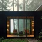 Большие окна в гостиной от пола до потолка позволяют наслаждаться пейзажами в обе стороны. (1950-70е,середина 20-го века,медисенчери,медисенчери модерн,модерн,средневекоый модерн,модернизм,mcm,архитектура,дизайн,экстерьер,интерьер,дизайн интерьера,мебель,фасад)