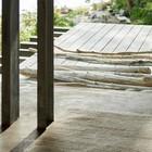 Пол террас из сосны и бетона.