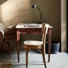 Старенький деревянный стол у огромного окна - отличное место для домашнего офиса.