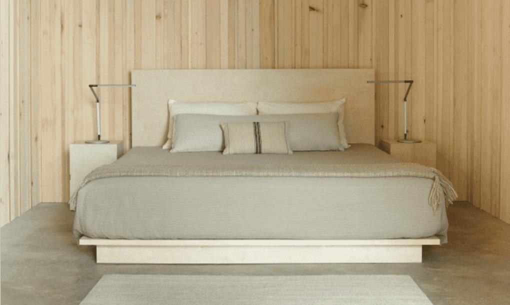 Минималистская спальня с отделкой светлым деревом.