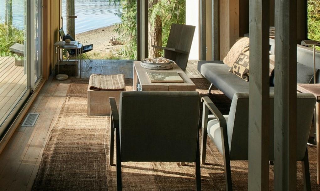 Остекленная почти со всех сторон гостиная с видом на озеро.
