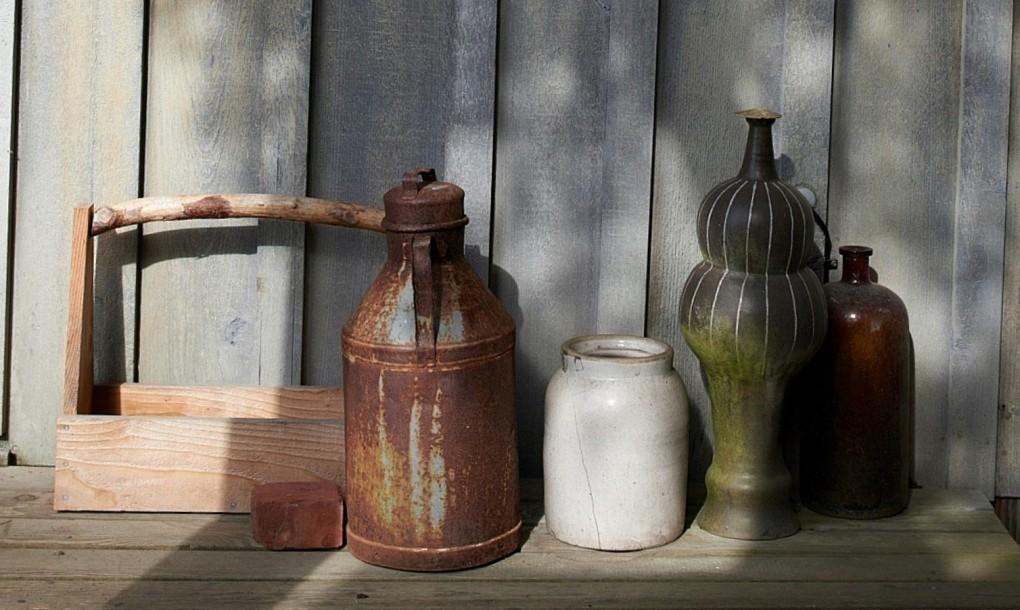 Старая посуда в качестве элементов декора.