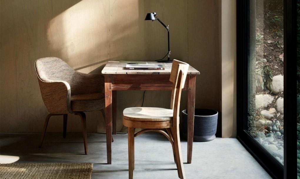 Старенький деревянный стол у огромного окна - отличное место для домашнего офиса