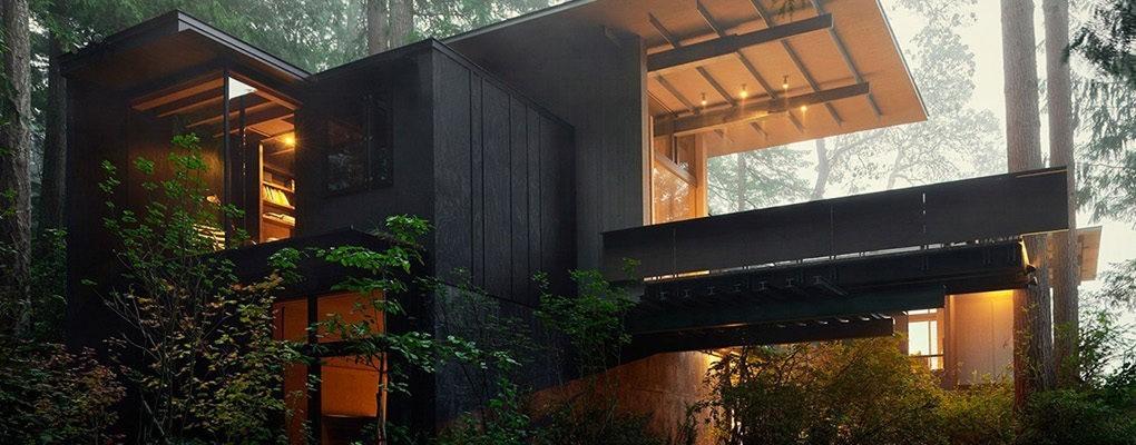 Терраса построена таким образом, чтобы не навредить деревьям выросшим за период строительства дома.