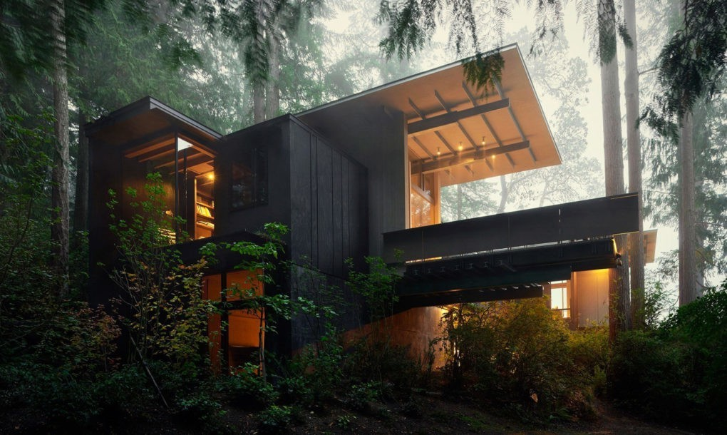 Угловые окна создают необычную связь интерьера дома с окружающим пространством.