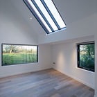 Спальня без мебели, но со стильным мансардным окном.