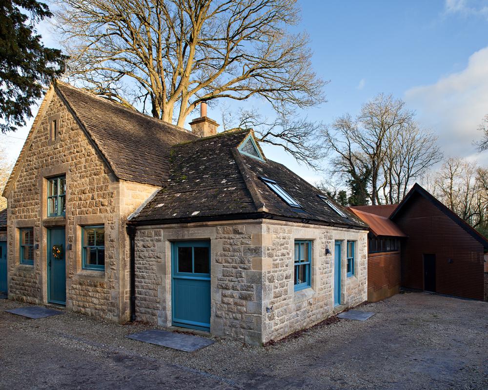 Фасад - контраст традиционного каменного коттеджа и обшитой металлом пристройки.