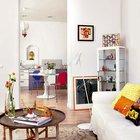 Одинаковый пол по всей квартире является хорошей основой для разнородных элементов мебели и декора.
