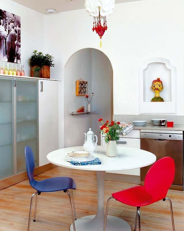 На кухне масса вместительных шкафчиков для хранения.