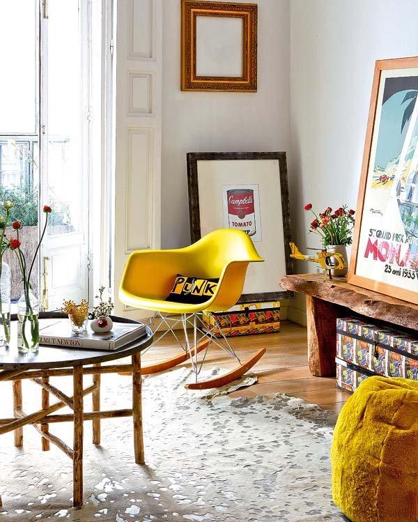 Светлая квартира с белыми стенами хорошо организована и аккуратно меблирована.