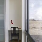 Небольшой домашний офис между гардеробом и окном.
