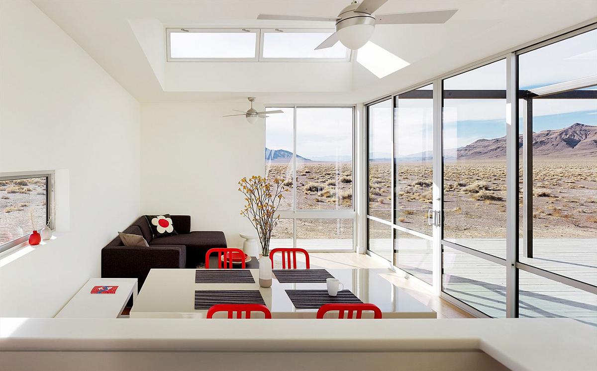 Основным украшением светлой столовой является пустынный пейзаж.