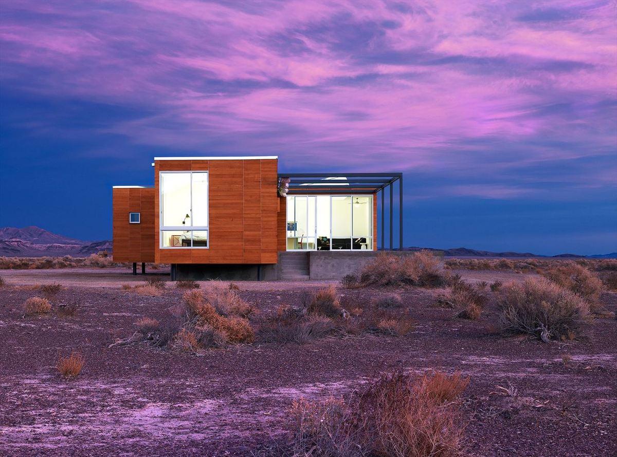 Пустыня по своему великолепна и дом великолепно вписался в пустынный ландшафт..
