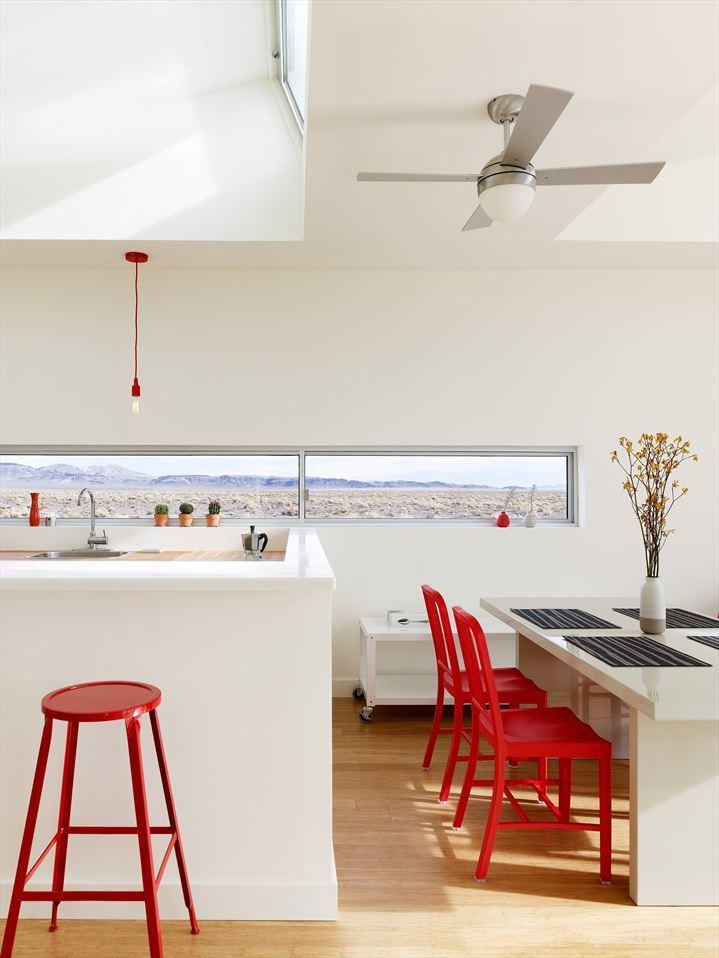 Узкое окно в кухне демонстрирует великолепную горную гряду сидящим за обеденным столом.