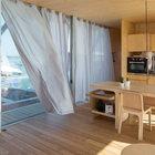 Кухня укомплектована всем необходимым для постоянного проживания в доме. (минимализм,современный,пляжный,архитектура,дизайн,экстерьер,интерьер,дизайн интерьера,мебель,плавучий дом,модульный дом,кухня,дизайн кухни,интерьер кухни,кухонная мебель,мебель для кухни,фото кухни,столовая,дизайн столовой,интерьер столовой,мебель для столовой,фото столовой,идеи столовой)