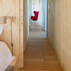 Спальня может быть отделена сдвижными дверьми из фанеры. (минимализм,современный,пляжный,архитектура,дизайн,экстерьер,интерьер,дизайн интерьера,мебель,плавучий дом,модульный дом,спальня,дизайн спальни,интерьер спальни,фото спальни,мебель для спальни,кровать)