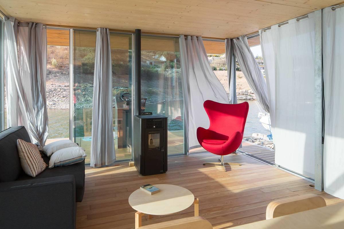 Дровяная печь в гостиной для обогрева помещения и создания романтической атмосферы.