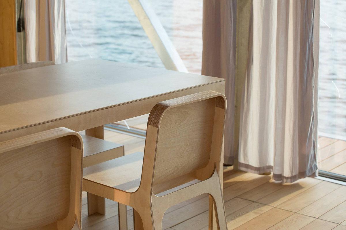 Мебель столовой выполнена из фанеры, как, в прочем, и все остальная.