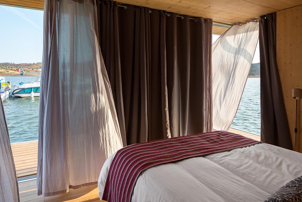 С открытыми шторами из спальни почти всегда открывается отличный вид.