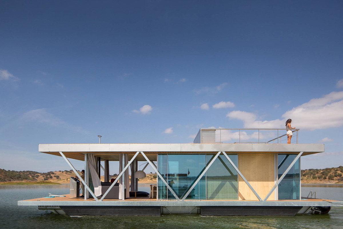Сдвижные боковые стеклянные стены превращают жилую комнату в большую террасу для летнего отдыха.
