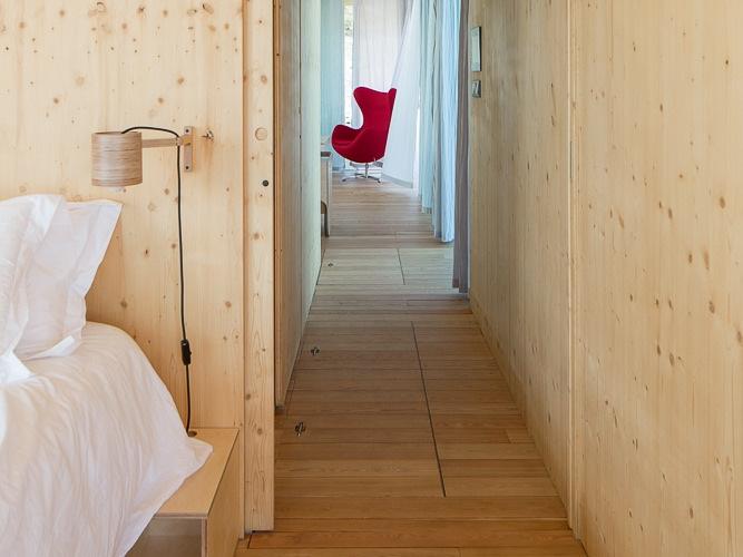 Спальня может быть отделена сдвижными дверьми из фанеры.