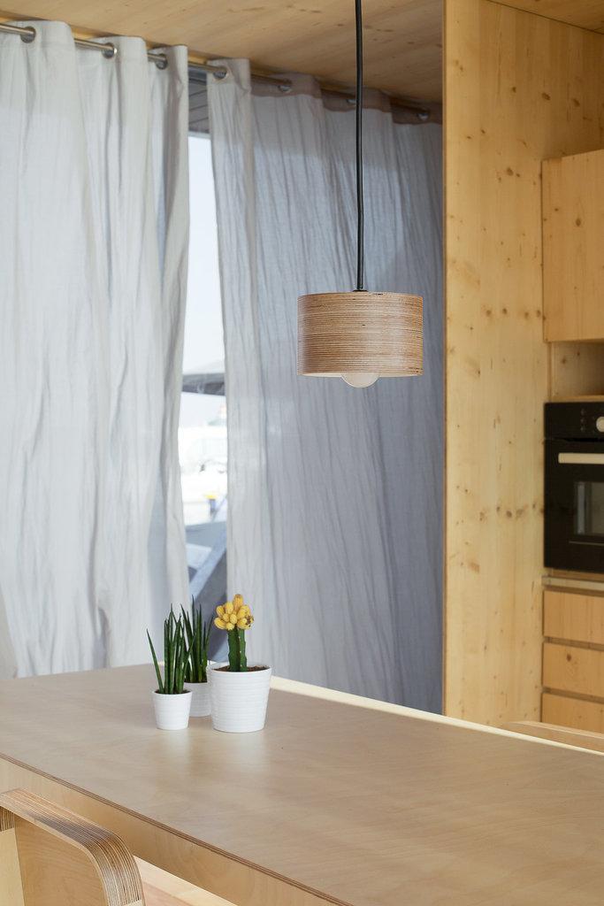 Стол в столовой может стать центром шумной вечеринки или романтического ужина.