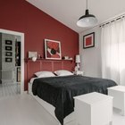 Дизайн спальни. У кроватей установлены вместительные ящики для грязного белья.