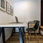 Небольшой домашний офис выглядит стильно благодаря удачно подобранным цветам и материалам. Настроения добавляет и стул дизайна братьев Имз.