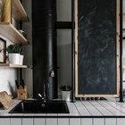 Столешница и пол отделаны одной и той же кафельной плиткой. Газовый котел скрыт за черной доской на которой можно писать мелом. (кухня,индустриальный,лофт,винтаж,архитектура,дизайн,интерьер,экстерьер,мебель,квартиры,аппартаменты,дизайн кухни,интерьер кухни,кухонная мебель,мебель для кухни,гостиная,дизайн гостиной,интерьер гостиной,мебель для гостиной)