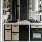 В интерьере кухни отлично обыграны уже присутствовавшие трубы. В этом помогло использование стиля лофт в интерьере кухни. (кухня,индустриальный,лофт,винтаж,архитектура,дизайн,интерьер,экстерьер,мебель,квартиры,аппартаменты,дизайн кухни,интерьер кухни,кухонная мебель,мебель для кухни,гостиная,дизайн гостиной,интерьер гостиной,мебель для гостиной)