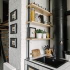 За углом кухни можно видеть лестницу ведущую на антресоль с домашним офисом. (лестница,кухня,индустриальный,лофт,винтаж,архитектура,дизайн,интерьер,экстерьер,мебель,квартиры,аппартаменты,дизайн кухни,интерьер кухни,кухонная мебель,мебель для кухни)