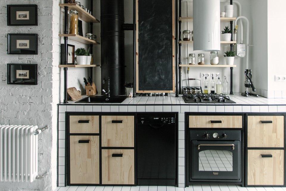 В интерьере кухни отлично обыграны уже присутствовавшие трубы. В этом помогло использование стиля лофт в интерьере кухни.